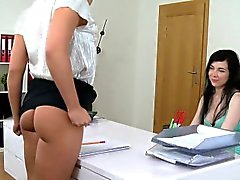 Pale amateur licks tanned female agent in casting