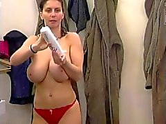 Esposa do de seios grandes no banheiro com namorada