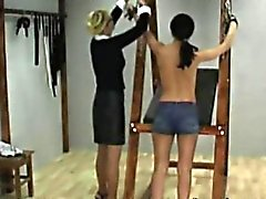 brutal entreprise spanking pour les filles mignonnes