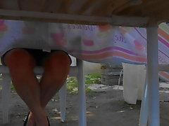 sous la table entre ses cuisses