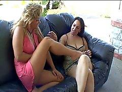 Casal Saggy a Nina é levada a Tremoring Orgasmo