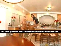 Mutfak masasında olgun sarışın karısı