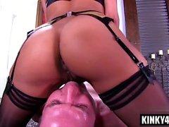 Brunette pornstar Dominatrice avec éjac
