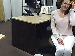 Pegno ragazzo si scopa ai suoi clienti la moglie sexy di nel suo ufficio