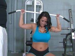 Carmella Bing sexe dans la salle de gym