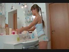 Söt smal ryska flicka körd i badrummet