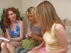 Lesbisk trekant med tjejer kapacitetsförbättring fitta och jävla med dildo