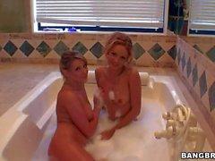 Carli Banks et Prinzzess Sahara jouent dans le bain de