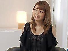 Yuria teases aikana hänen ensimmäinen japanilainen täyspitkä valu