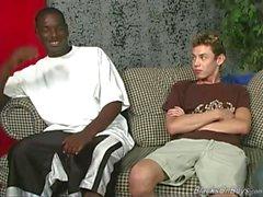 Tunn amatör vita kille får gangbanged med svarta dicks