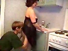 Сын любит трахаться его мама на кухне