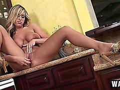 Staplade blonda i hawt lägger benen på ryggen Memphis Monroe onanerar i kitchenen
