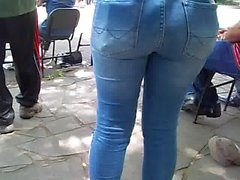 loira rabuda tesuda jeans show rua
