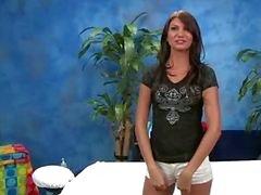 Söt 18 år gammal massageterapeut Cassandra ger lite mer än en massage !