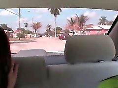 Två brunhåriga flickor suger kuk i bilens