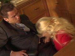 Blondine im weißen Rileys Evans ruft ihre rosa Pussy gegessen werden