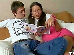 Hermoso adolescentes encuentra con un polla que le encanta