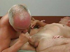 Ältere Homosexuell Stück hast jüngerer einen runter auf Bett