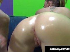 Frech Nympho Sara Jay bekommt einen großen Schwanz in den Mund & Cunt!