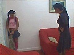 Latina äiti Spanks ja rankaisee tyttö