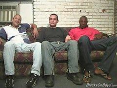 Les hommes noirs partageant un blanc drôle