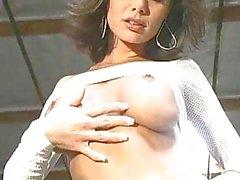 Bellissima a Crissy Moran di stripping e lampeggiante le sue tette prosperose e figa dentellare