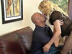 Busty blonde tranny Tyra Scotts Arsch bis fiese der Mensch schlug mit