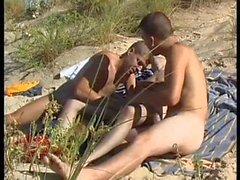 Trois beaux les punks ont le sexe très chaude on beach nudist .