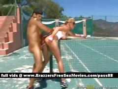 Mature nana blonde nus sur le un court de tennis faisant défoncer sa chatte fucked