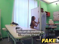 Hospital falso paciente Alto morena com grandes mamas naturais engole docs cum