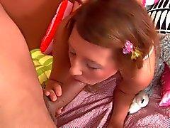 Skyen poistaa hänen vaaleanpunainen pikkuhousut ruuvata