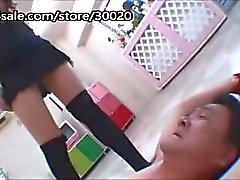 Abusado com a adoração da peúga eo pervertido japonês do assento da cara começa travado