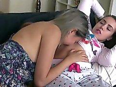 Interracial adolescentes licking e esfregando pussy