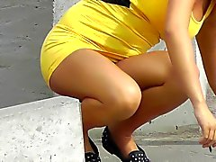 Verres de cigarettes culottes sous sa jupe