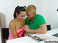 Lora se una adolescente virgen y con su hombre que tiene médico acercara será examinado siendo virgen