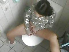 Junges Girl masturbiert auf WC und Freund filmt