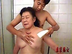 La abuela japonés disfrutando del sexo