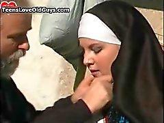 Busty Nonne bekommt ihr Pussy gebumst