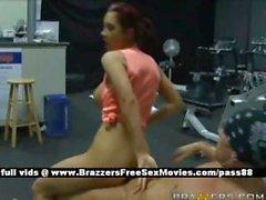 Amateur Brünette Küken im Fitnessstudio ruft ihre Muschi gebumst