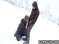 Heiß Bolzen immer seinen Schwanz saugte auf dem Skihügel