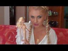 Riesin Einsatz Barbie-Puppe in Muschi auf dem Sofa