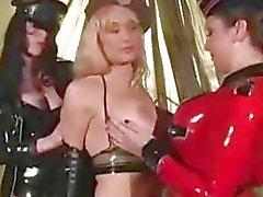 Los tres Las lesbianas en el látex la esclavitud DDSM esclavos Dominantes dominación de
