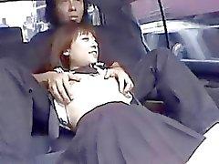 Asqueroso alumna japonés chupa la barra en el asiento trasero