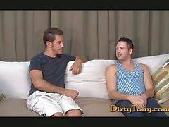 Zwei geilen Homosexuell Jungen Wichsen gemeinsam