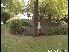 Jeune brunette francaise suce une queue en pleine rue