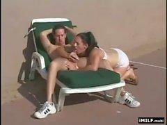 MILF recibe sexuales la piscina