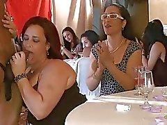 As mulheres iníquas estão tendo o divertimento engolfando pilas