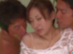 Jura Kasumi ama avere due galli in i suoi buchi