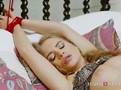 Ariel Rebel est l'épouse parfaite. Cette belle fille aime
