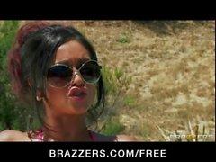La novia India Priya Rai follada duro por la piscina